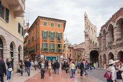走在广场胸罩附近的游人和在维罗纳检查竞技场 免版税库存图片