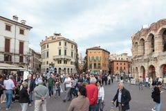 走在广场胸罩附近的游人在维罗纳摆正 图库摄影