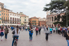 走在广场胸罩附近的游人,检查竞技场并且采取pictu 免版税图库摄影