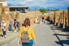 走在庞贝城,一个古老罗马镇的游人 免版税库存照片