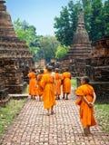 走在废墟中的新手和尚在Sukhothai,泰国 免版税库存照片