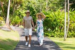 走在度假在热带手段的夫妇 免版税库存照片