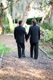 走在庭院路径的快乐婚礼夫妇 图库摄影