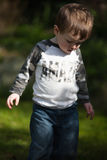 走在庭院里的小孩 免版税库存图片