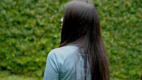 走在庭院里的特写镜头美丽的年轻亚裔妇女 影视素材