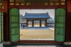 走在庭院里的12月6,2017游人在Gyeongbok宫殿,汉城 免版税库存图片