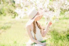 走在开花的春天庭院里的Ð ¡犹特人梦想的小孩儿童女孩 免版税库存图片