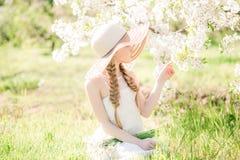 走在开花的春天庭院里的Ð ¡犹特人梦想的小孩儿童女孩 免版税图库摄影