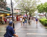 走在惠阳区老街道和江边附近的顾客 库存照片