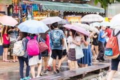 走在惠阳区老街道和江边附近的顾客 图库摄影