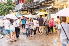走在惠阳区老街道和江边附近的顾客 免版税库存照片