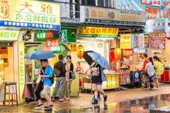 走在惠阳区老街道和江边附近的顾客 库存图片