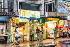 走在惠阳区老街道和江边附近的顾客 免版税库存图片