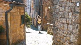 走在意大利村庄狭窄的街道上的少妇旅客  股票录像