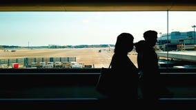 走在成田国际机场,商务旅游概念的剪影游人 股票录像