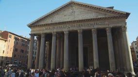 走在所有神万神殿附近古色古香的寺庙的喜悦的游人在罗马,意大利 股票录像