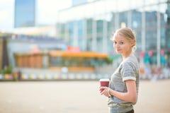 走在拉德芳斯的女孩在巴黎 免版税库存照片