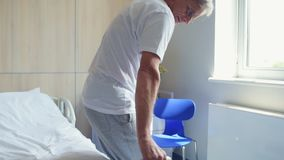走在拐杖的资深残疾人在医院 股票视频