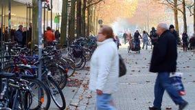 走在拥挤街道上的城市的人们 影视素材