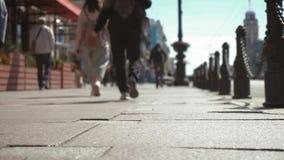 走在拥挤街道上的大城市的人们 股票视频