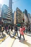 走在拥挤街道的人们 香港 免版税库存照片