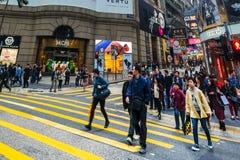 走在拥挤街道的人们 香港 免版税库存图片