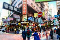 走在拥挤街道的人们 香港 免版税图库摄影