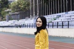 走在操场的中国学生 免版税图库摄影