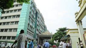 走在政府医院大厦之外的人们, 股票录像