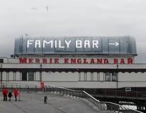 走在散步的人们在布莱克浦在往著名北部码头merrie英国酒吧的一个冬日 免版税库存图片