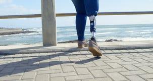 走在散步的残疾妇女的低部分在栏杆4k附近 影视素材