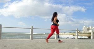 走在散步4k的残疾妇女侧视图 影视素材