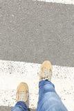 走在斑马线路的腿 免版税图库摄影