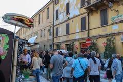 走在斯皮兰贝尔托,意大利中心广场的人们  图库摄影