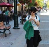 走在斯蒂芬大道街道的中国女孩  库存图片