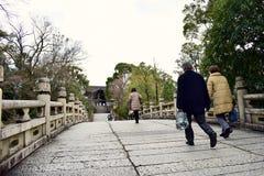 走在日本东京的寺庙的人们 图库摄影