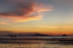 走在日落的人们在Ao Nang靠岸, Krabi,泰国 库存图片