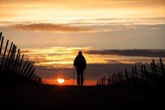 走在日落的北欧人 免版税图库摄影
