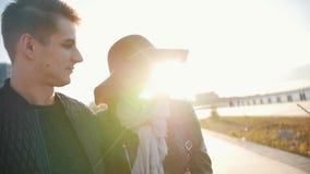走在日落的愉快的夫妇 影视素材