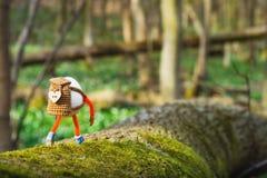 走在春天森林里的复活节彩蛋 免版税图库摄影