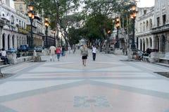 走在普拉多大道著名街道的人们  库存图片