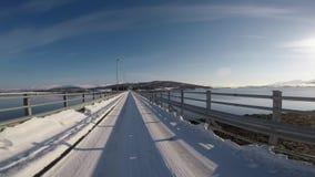 走在有明媚的阳光的长的美丽的桥梁在与镇静移动的蓝天挥动 股票录像