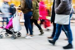 走在有行动迷离的购物街道上的人们 免版税图库摄影