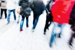 走在有行动迷离的购物街道上的人们 库存照片