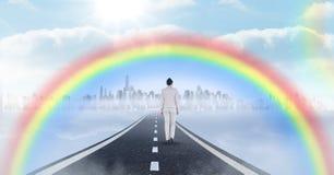 走在有超现实的时钟透视和彩虹的路的女实业家 免版税库存照片