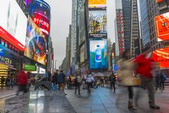 走在有LED的时代广场的拥挤游人签字 免版税库存照片