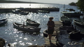 走在木手工制造码头的一个少妇 股票录像