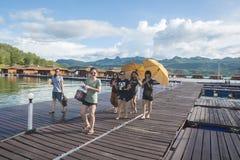 走在木木筏的游人 库存照片
