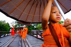 走在木桥(400 m的初学者 长期用手做) 图库摄影