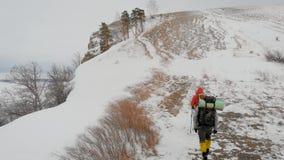 走在未触动过的雪山风景的两个男性徒步旅行者鸟瞰图  aventures远航人旅行风景  股票录像